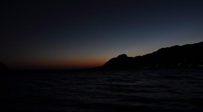 Monduntergang zur blauen Stunde