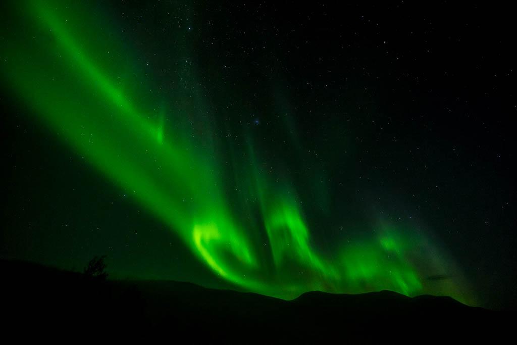Polarlicht über den Bergen