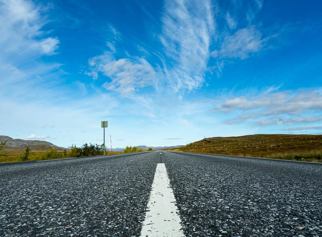 einsame Straße in finnisch Lappland